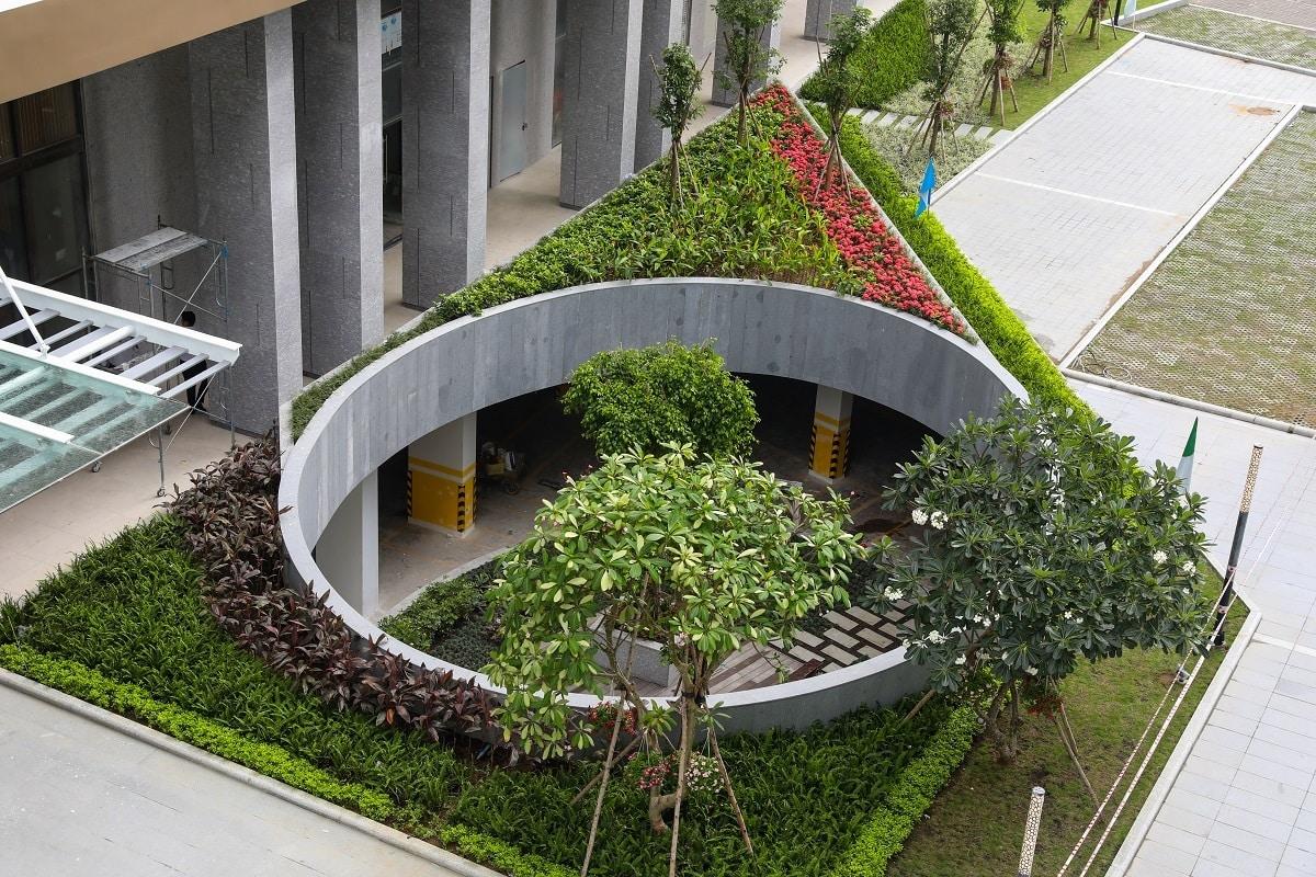 Kiến trúc Pocket Garden - ốc đảo xanh ở tầng hầm cũng là điểm nhấn thị giác ấn tượng cho dự án khi nhìn từ trên cao. Hoa viên này có tác dụng đón ánh sáng, đưa không khí tự nhiên bên ngoài vào tầng hầm, giúp nơi này thông thoáng, làm dịu thị giác của những người đang di chuyển trong khu vực.