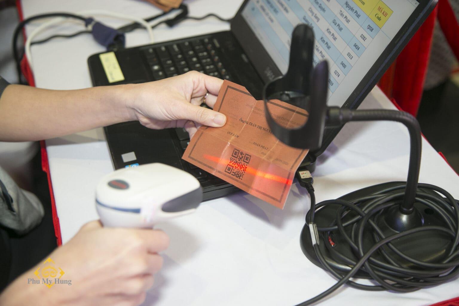 """Sau may mắn ở """"vòng 1"""" – bốc thăm ngẫu nhiên, khách hàng sẽ cầm lá thăm của mình đến """"vòng 2"""" – chọn sản phẩm. Chỉ khách hàng có thăm mới vào khu vực này. Hệ thống quét mã """"QR code"""" được triển khai đồng bộ tại toàn bộ các khu vực: check-in, chọn sản phẩm… để đảm bảo quy trình giao dịch nhịp nhàng và công bằng."""