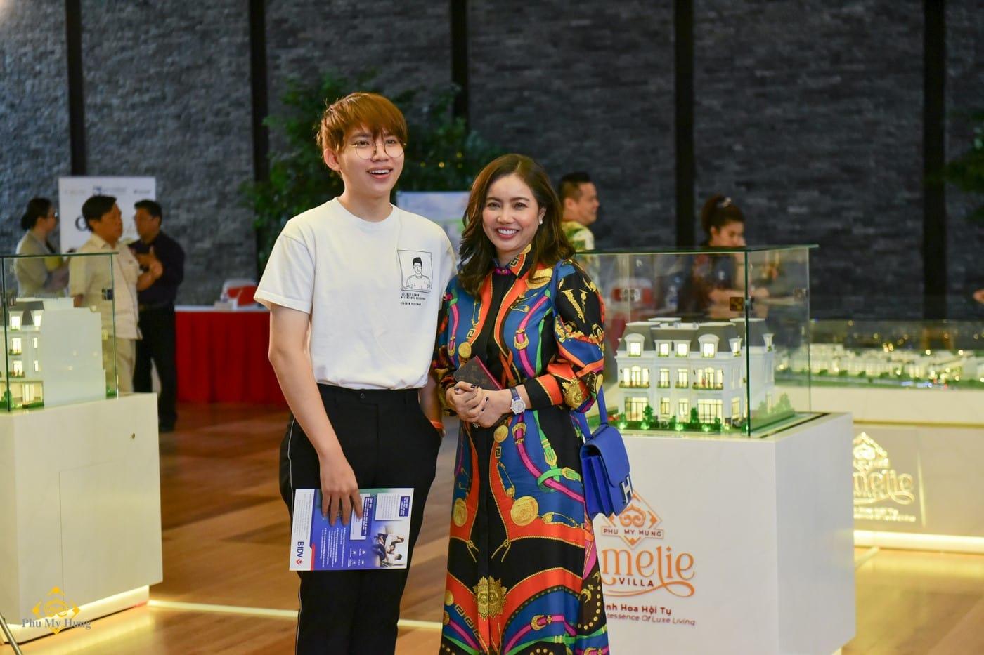 Mẹ con anh Phạm Thanh Trung trở thành khách hàng may mắn lựa chọn được căn nhà ưng ý khi bốc thăm được số thứ tự chọn mua sớm nhất.