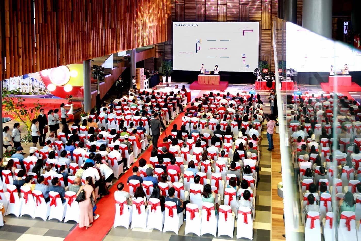 Hơn 200 khách hàng đã đến tham dự sự kiện công bố. Chỉ khách hàng có thư mời chính thức từ Phú Mỹ Hưng mới được check – in vào sự kiện.