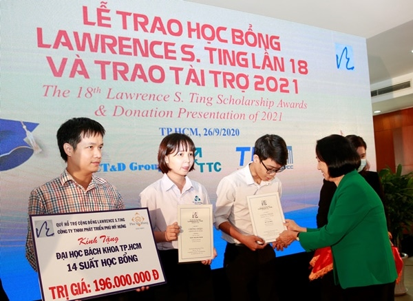 Bà Trương Thị Ánh, Nguyên Phó Chủ tịch HĐND TP.HCM, trao học bổng Lawrence S. Ting cho các sinh viên và đại diện Trường Đại học Bách Khoa TP.HCM