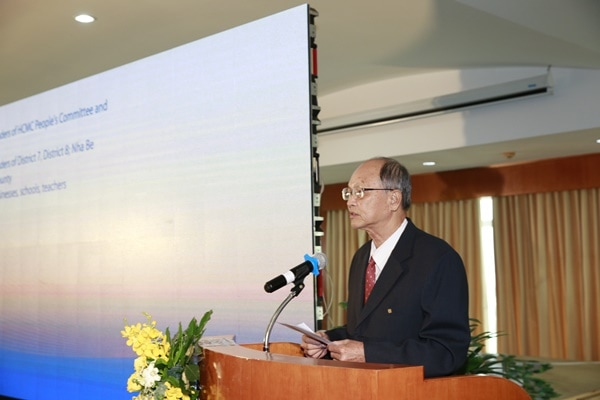 Ông Phan Chánh Dưỡng – Giám đốc Quỹ Hỗ trợ Cộng đồng Lawrence S. Ting kể về hành trình đến 5 trường trao học bổng có nhiều em sinh viên phải vất vả đi làm thêm để lo cho việc học.