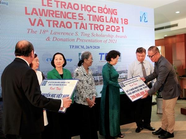 Ông Vũ Xuân Đức, Phó Tổng giám đốc Công ty Phú Mỹ Hưng, trao tài trợ năm 2021 cho các tổ chức từ thiện, các quỹ hội khuyến học trên cả nước.