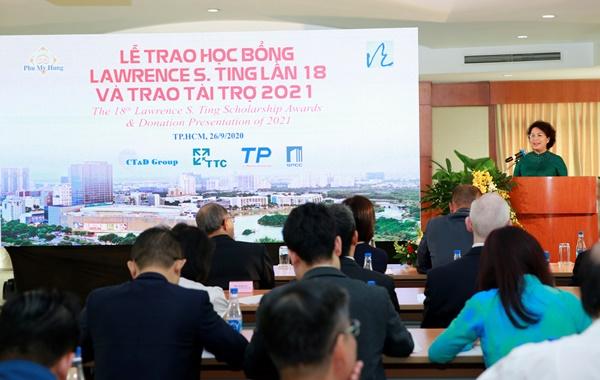 Bà Tô Thị Bích Châu, Chủ tịch UBMT TQ VN TP.HCM, đánh giá cao nỗ lực duy trì Học bổng Lawrence S. Ting của Quỹ Lawrence S. Ting và Công ty Phú Mỹ Hưng, trong tình hình dịch bệnh.